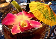 """Название коктейля  """"Голубые Гавайи """" косвенно связано с 1961 годом, хитом..."""